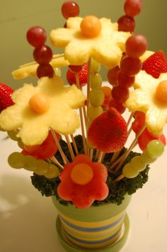 Edible Fruit Arrangement Here is a great way to make a ordinary fruit salad extraordinary! Make it into an edible fruit arrangement, just like the pros but for a fraction of the price! Fruit Salad Decoration, Fruit Decorations, Food Decoration, Edible Fruit Arrangements, Edible Bouquets, Edible Fruit Baskets, Fruits Basket, Fruit Flowers, Pineapple Flowers