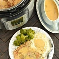 Juicy, fork tender Instant Pot Pork Chops with delicious Mushroom gravy recipe! You'll love this easy weeknight dinner recipe! Pot Roast Recipes, Slow Cooker Recipes, Soup Recipes, Chicken Recipes, Dessert Recipes, Dinner Recipes, Panera Broccoli And Cheese Soup Recipe, Food Dishes, Main Dishes