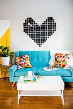 Tape ART - Renove as Paredes sem Gastar - Tape Art - Decoração com Fita Isolante - Decoração com Fita Adesiva - Adesivo de Parede - Decoração Geométrica - Almofadas Coloridas - Decoração de Salas - Salas Decoradas - Como Decorar - Sala Colorida - Sofá Azul - Plantas na Sala - Mesa de Centro Branca - Estilo POP - Sem Gastar - #BlogDecostore -