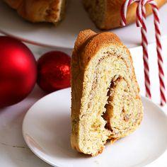 Ένα τσουρέκι, που εξωτερικά παραπέμπει σε λαχταριστό κέικ. Greek Christmas, Christmas Sweets, Christmas Baking, Greek Desserts, Greek Recipes, Different Recipes, Sweet Bread, Recipe Box, Sweet Tooth