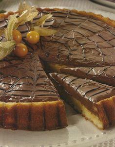 Receita de Tarte Rápida de Chocolate -Se vai receber visitas que não estava à espera e não tem nada preparado, para servir com as bebidas, esta tarte é a solução ideal. De rápida confecção, mas muito deliciosa.