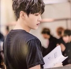 Yoongi with black hair in black shirt is a kink
