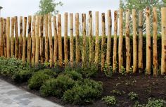 palenwand - Simple minimal log fencing - upright vertical logs used as fencing