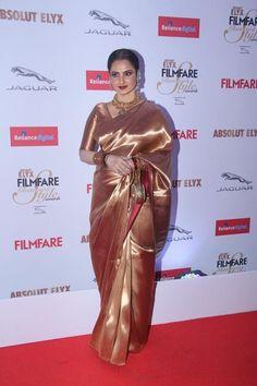 Rekha at Filmfare Glamour & Style Awards 2015 : Rekha looked beautiful in a shiny traditional saree with gold jewelry, her hair pulled back and nice makeup. So graceful! Kanjivaram Sarees, Kanchipuram Saree, Silk Sarees, Banarsi Saree, Indian Bridal Sarees, Indian Beauty Saree, Saree Blouse Patterns, Saree Blouse Designs, Rekha Saree