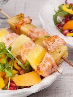 Salmon and pineapple kabobs Grilling Recipes, Cooking Recipes, Healthy Recipes, Salmon Skewers, Bamboo Skewers, Bbq Skewers, Grilled Fruit, Low Sodium Soy Sauce, Fish Dishes