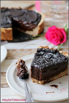 """Amazing Vegan """"Chocolate"""" Pie /use ground dried dates instead of coconut sugar and skip cornstarch/. Use gf oats Vegan Chocolate Pie Recipe, Vegan Pie, Chocolate Pies, Healthy Sweets, Healthy Dessert Recipes, Delicious Recipes, Raw Desserts, Just Desserts, Sugar Free Recipes"""
