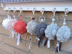 Zeeuwse knoop--gemaakt door Gianna RieCar Crochet Mug Cozy, Crochet Yarn, Crochet Toys, Crochet Stitches, Crochet Patterns, Handmade Flowers, Handmade Crafts, Mini Amigurumi, Yarn Bag