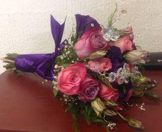 Ramo xv años, tonalidades: fiusha, morado, rosa, con pedrería.