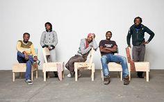 Ali Maiga Nouhou, Djáè Dabo, Malik Agachi, Moussa Usuman e Saidou Moussa, refugiados e produtores dos móveis no projeto Cucula. Design é de Enzo Mari