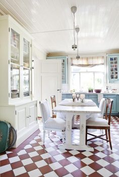 Creating a home that's perfect for entertaining, Jorun and Jean-Emile Inghilleri breathed life into their Norwegian cottage, inspired by French interiors European House Plans, Modern House Plans, Small House Plans, English Country Decor, French Country Decorating, Country Style, Cottage Kitchens, Home Kitchens, French Kitchens
