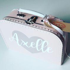 koffertje Axelle #kraamkado #kraamkcadeau #kinderkoffertje #kinderkoffertjes #kadometnaam #koffertjemetnaam van www.bepenco.com