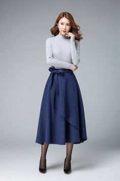 That's a dress worn within the natural method by using a relaxed top. Skirt Belt, Dress Skirt, Midi Skirt, Modest Fashion, Fashion Outfits, Fashion Top, Winter Rock, Mode Simple, Evening Skirts