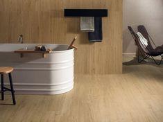 Keramisch parket, ook mooi in de badkamer en hier als accent doorgelegd tegen de muur. Prachtig in al zijn eenvoud.(20-JN) Tegelhuys.