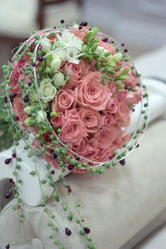 Красивые свадебные букеты фото, свадебные букеты для невесты 2018-2019. Модные свадебные букеты цветов - тренды и тенденции флористики. Цвет свадебного букета.