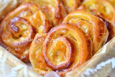 Эти булочки очень популярные, так как готовятся очень быстро и подаются в основном на завтрак.В рецепте предлагается в булочки добавлять изюм, у меня изюма не было, поэтому я добавила курагу, хотя мо…