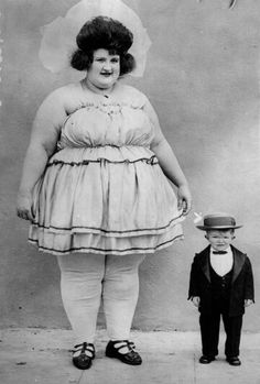 *Freak show at the circus Photos Vintage, Vintage Photographs, Old Photos, Boris Vallejo, Kasimir Und Karoline, Old Circus, Circus Acts, Circo Vintage, Human Oddities