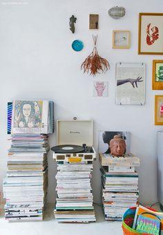 10-decoracao-pilha-revistas-vitrola-discos-parede-enfeites