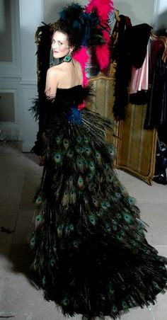 peacock- I would so wear this! Peacock Dress, Peacock Colors, Feather Dress, Peacock Halloween Costume, Halloween Costumes, Cl Fashion, Peacock Wedding, Fantasy Dress, Halloween Disfraces