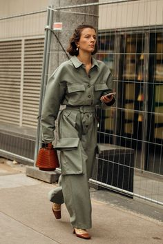 Street Style: look e tendenze alla Paris Fashion Week 2019 Fashion Week Paris, Japan Fashion, India Fashion, Spring Summer Fashion, Winter Fashion, Stil Inspiration, Moda Paris, Workwear Fashion, Paris Street Styles
