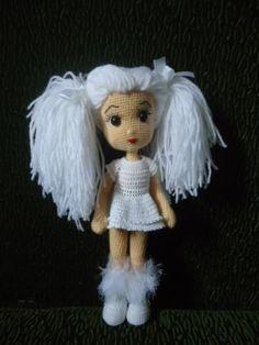Удивительной красоты кукла Снегурочка несомненно станет прекрасным подарком для вашей доченьки. Схему вязания куколки и описание найдете в данном посте.