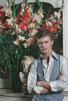 David Bowie, Paris Photo by Christian Simonpietri Bowie Ziggy Stardust, David Bowie Ziggy, Beatles, Ziggy Played Guitar, The Thin White Duke, Pretty Star, Major Tom, Appreciation Post, Someone Like You