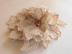 *Paris* Tocado Lace Hair Comb Bridal Flower Beige de Seta e Perle  por DaWanda.com