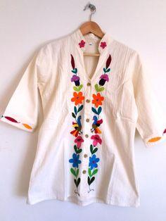 Hermosa blusa Otomi Color blanca y con brillantes bordados