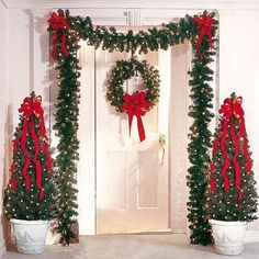 É o Natal. É o Natal. É o Natal. Front Door Christmas Decorations, Christmas Front Doors, Christmas Porch, Noel Christmas, Christmas Centerpieces, Xmas Tree, Christmas Lights, Christmas Crafts, Christmas Ornaments