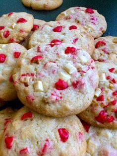 Cookies pépites de chocolat blanc et pralines roses - Foods Schmuck Damen Desserts With Biscuits, Köstliche Desserts, Dessert Recipes, Sweet Cooking, Cooking Chef, Yummy Drinks, Yummy Food, Praline Rose, Galletas Cookies