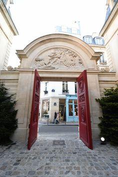 """Hôtel Amelot de Bisseuil dit """"des Ambassadeurs de Hollande"""", 47 rue Vieille du Temple Paris 75004. Boutique éphémère pour Chanel."""