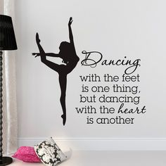 Etiqueta de la pared del baile cito bailando con los pies es una cosa pero bailar con el corazón es otro bailarín Bailarina Ballet pared arte regalo  Aproximado tamaño del artículo:  18 alto x 19 ancho 22 x 23 alto ancho 28 altura x 30 ancho 36 x 38 alto ancho  ¿No ve el tamaño que necesita? Enviar un mensaje a sus necesidades personalizadas y crearemos un listado sólo para ti. Imagen puede no reflejar el verdadero tamaño.  Elegir de la carta de color arriba, deje por favor su opción de…