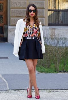 falda negra con saco blanco y blusa en colores