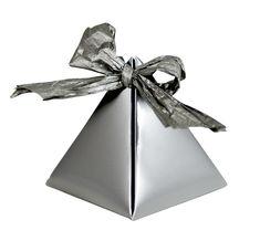 Jak vyrobit pyramidovou krabičku/ Gift box http://www.skolnisvet.cz/krabicka-ve-tvaru-pyramidy-navod-na-vyrobu/