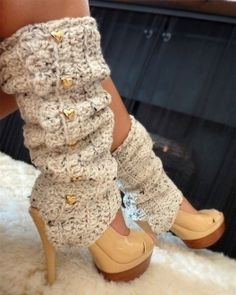 These adorable crochet leg warmers with stirrups just may be the perfect fashion leg warmers!! They have everything: comfort, style, unique little details...and they are available in a rainbow of hues.