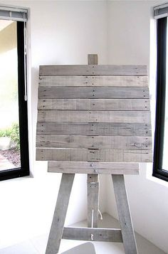 Pallet easel -- wonder how easy/hard this would be to make? For you ms Kelcey @Rei Wang Wang 9 Workshop from Sara