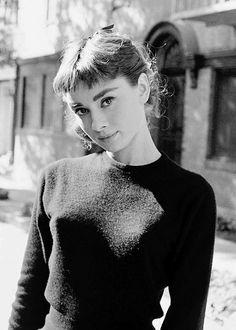 Audrey Hepburn, fotografiada por Mark Shaw en el rodaje de la película: Sabrina (1954).