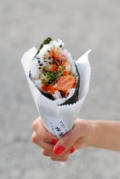 Ultimate Japanese Street Food - Temakizushi 手巻き寿司, or sushi rolled by hand into a cone shape. I Love Food, Good Food, Yummy Food, Tasty, Sushi Recipes, Healthy Recipes, Vegetarian Recipes, Salmon Recipes, Gastronomia