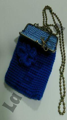 Bolsito azul forrado con cadena y boquilla de ganchillo aplique flor
