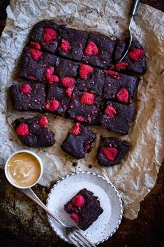 Fudgy Low-Carb Raspberry Brownies - food to glow Sweets Recipes, Brownie Recipes, No Bake Desserts, Sin Gluten, Raspberry Brownies, Cocoa Brownies, Freeze Dried Raspberries, Healthy Sweets, Healthy Food