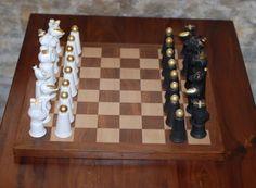 """Najnowszy projekt - pierwsze na świecie Porcelanowe Małpie Szachy. Pierwsze w świecie """"Małpie szachy"""" wykonane ręcznie z najwyższej jakości porcelany, a następnie ręcznie zdobione 24 karatowym złotem."""