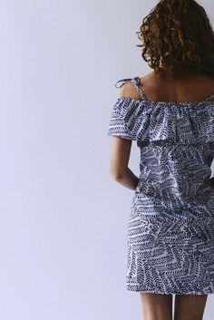 La hippie est un patron de couture de top ou de robe, romantique et bohème, pourmettre les épaules en valeur ! Niveau débutant, rapide et facile à coudre
