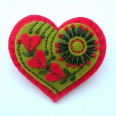 Adorable embroidered heart felt brooch, this would be cute for Valentine's Day Felt Embroidery, Felt Applique, Diy St Valentin, Valentine Crafts, Valentines, Fabric Crafts, Sewing Crafts, Felt Brooch, Brooch Pin
