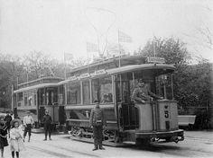 File:Konduktør Einar Johansen og vognfører Kristian Løkken ved Ilevollen (1907) (4284778300).jpg