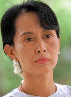 """""""Una forma molto insidiosa di paura è quella che si maschera come buon senso o addirittura saggezza, condannando come sciocchi, inconsulti, insignificanti o velleitari i piccoli atti di coraggio quotidiani che contribuiscono a salvaguardare la stima per se stessi e la dignità umana.""""   (Aung San Suu Kyi)"""