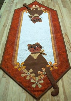Anleitung mit genauen Materialangaben und originalgroßer Applikationsvorlage eines ca. Dog Quilts, Cat Quilt, Animal Quilts, Mini Quilts, Table Runner And Placemats, Table Runner Pattern, Quilted Table Runners, Quilting Projects, Sewing Projects