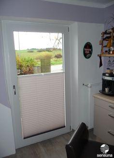 Sichtschutz Plissee an der Balkontür in der Küche / pleated blind on the balcony-door in the kitchen