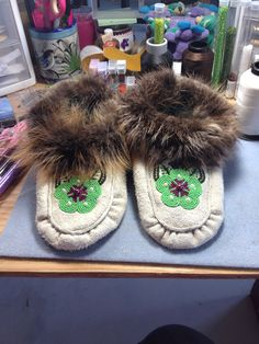 White Elk leather slippers with green flower and trimmed in beaver fur by Alaska Beadwork. Beading Ideas, Beading Projects, Beaded Moccasins, Leather Slippers, Slipper Boots, Green Flowers, Elk, Leather Craft, Beadwork