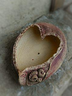 Jarní+srdcová+Přírodní+šamotová+žardyna+v+zemitých+barvách+a+tvaru+srdce.Možno+použít+na+osazení+netřesky+nebo+jako+zahradní+mísu+k+vašemu+vlastnímu+dodekorování.velikost+30/22/8+cm Ceramic Pottery, Terracotta, Cuff Bracelets, Hearts, Silver Rings, Awesome, Vases, Love Heart, Ceramica