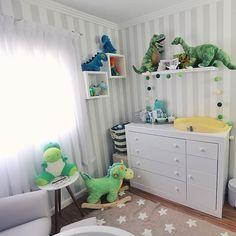 Hoje no blog e no canal tem o vídeo FOFO com o tour pelo quarto do bebê! 💚💚💚👶🏻 Tou mostrando todos os detalhes, móveis e dinossauros... 😊✨ No post do blog tem fotos pra quem quiser ver com mais detalhes, link na bio! // #JustLiaTV #liadecasa #liamamae // #tourpeloquarto #nursery #quartodobebe #dinossauro