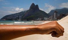"""O próximo sábado está repleto de programas imperdíveis! E um deles é o lançamento do livro """"Rio, eu tatuo"""", da fotógrafa Julia Assis. Produzida por Andrea Jakobsson Estúdio, a publicação será lançada na Vila do Largo, no dia 9 de julho, a partir das 15h. Julia ainda vai expor suas imagens de tatuagens, que têm o Rio de Janeiro como tema principal, e falar sobre a ideia por trás da publicação. Tudo começou em 2011, quando a Juliafoi morar e trabalhar em São Paulo, e decidiu fazer a…"""